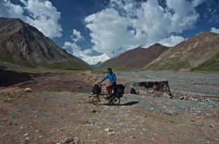 Blick zurück auf den Pamir Highway in Tadschikistan