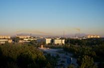 Novoiy, eine junge sowjetische Goldgräber-Stadt. stetige Winde und chemische Ausdünstungen geben der Stadt eine besondere Note.