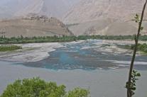 Immer wieder schön zu sehen, wenn die blauen Gletscherflüsse im Panj münden