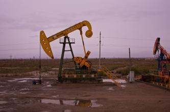 Fahrt durch Ölfelder. Werde von Ölfeldarbeitern mitgenommen