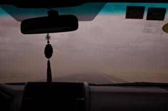 Sandsturm aus dem Auto betrachtet